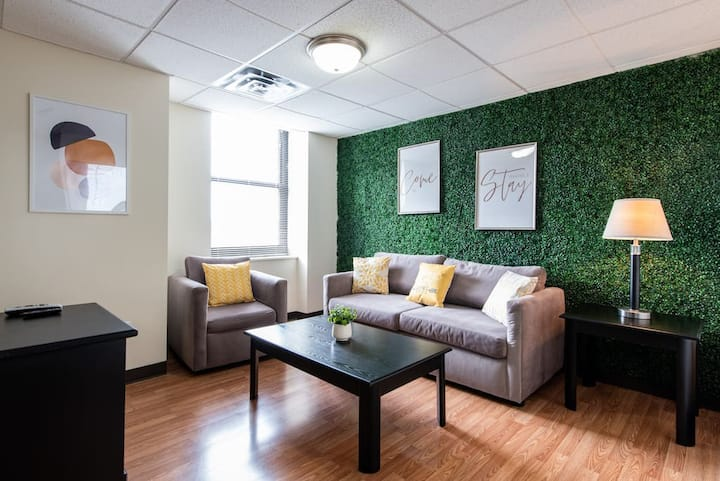 🏇Derby Downtown Apartment- Sleeps 9 (3)