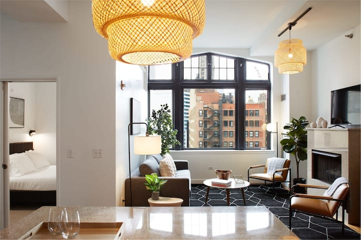 Stunning 3BR Penthouse in the Loop | Roof Deck