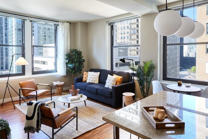 Luxury Corner 2BR Penthouse in the Loop | Roof Deck