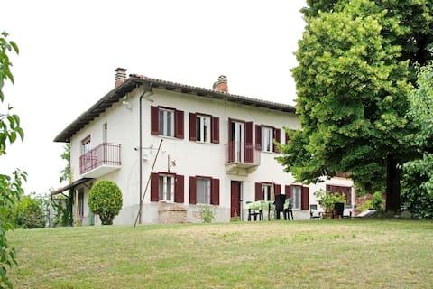 Rekreační dům v Asti s krásným výhledem na kopec ze zahrady