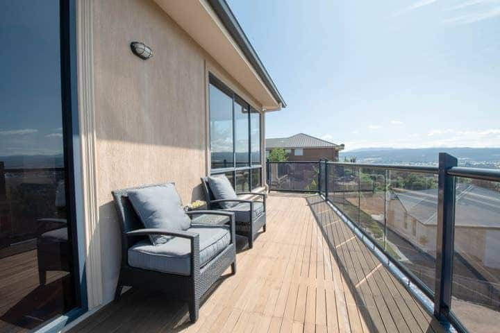 Modern home with stunning views! Parking and WiFi