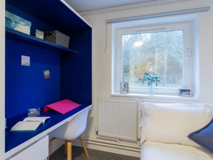 Student Only Property: Stunning SILVER NON EN-SUITE ROOM