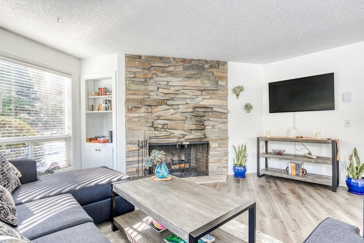 Updated Dog-Friendly Condo w/ a Golf Course View, Wood Fireplace, & Free WiFi