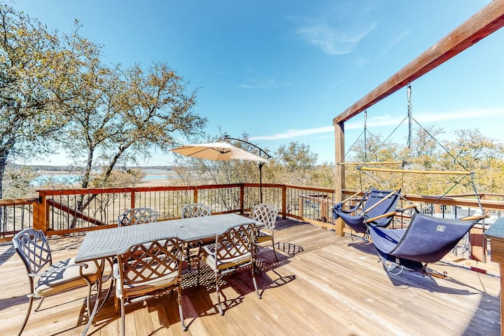 Lakeview Escape w/ Free WiFi & Central A/C, plus a Furnished Deck & Balcony
