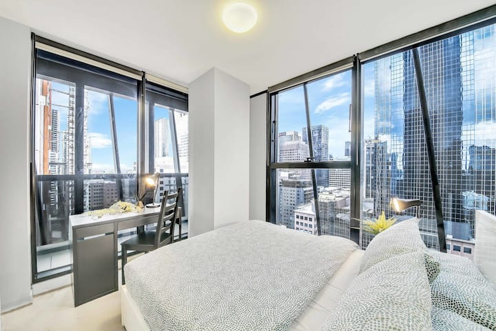 A Cozy 2BR Apt on Collins with City Views, Near Southern Cross