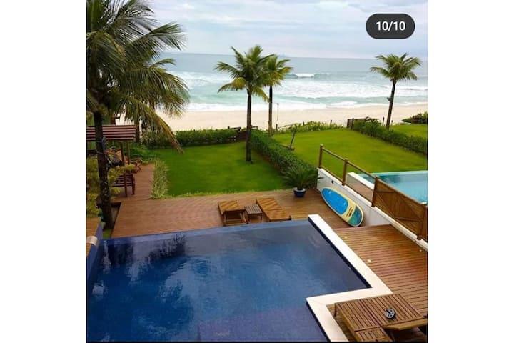 Casa com piscina pé na areia em Maresias.