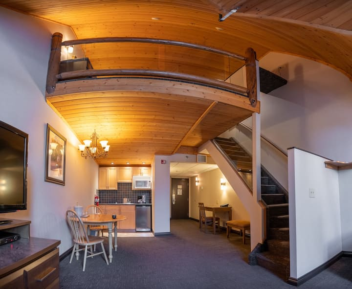 Bright and Open Loft King Suite with Mountain Views! Equipped Kitchenette + Parking