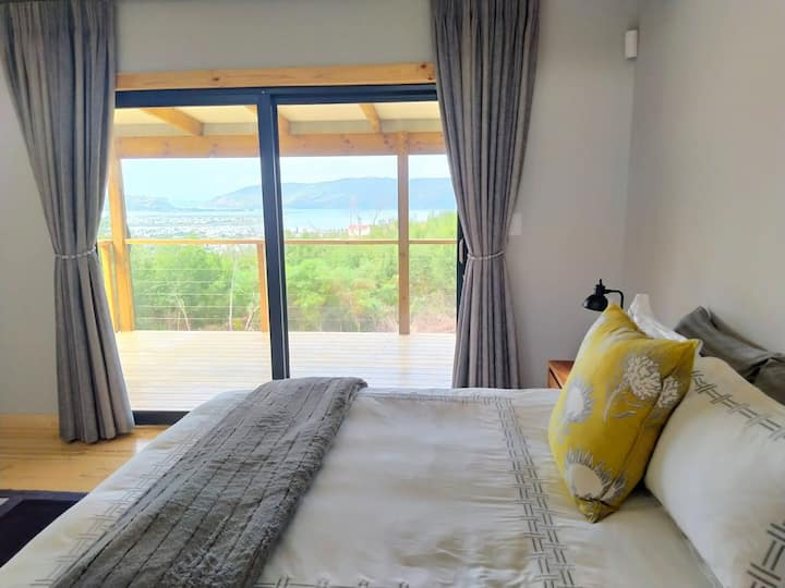 Marius' Holiday Home 🌴  Large Patio + View of Lagoon & Heads | DSTV | WIFI