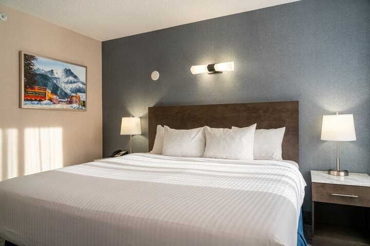 Relaxing Retreat in Banff! Standard King Room Along Banff Ave | FREE Parking