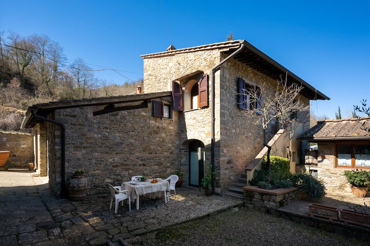 Casina Mara, in the heart of Chianti, immersed in vineyards and olive groves