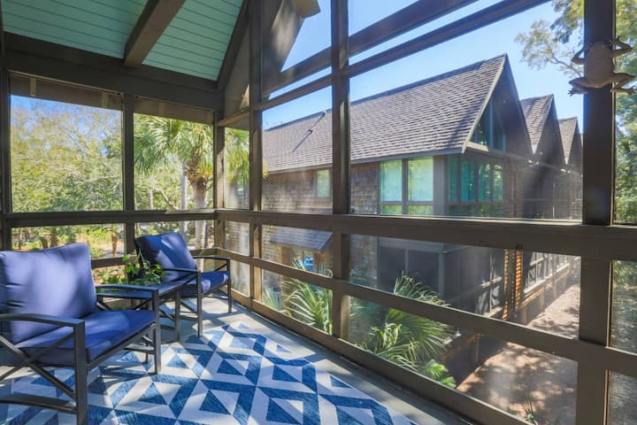 Newly Renovated & Comfortably Furnished Villa w/ a 2 Min. Walk to Beach & Relaxing Screened Porch