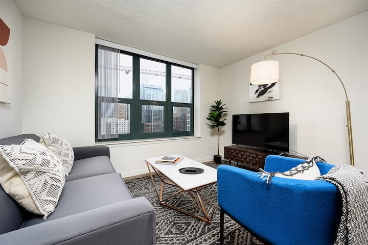 Kasa Chicago | Downtown High Rise Studio + Walk to Shopping & Dining| River North