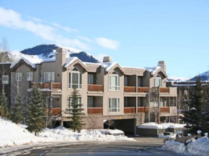 #24-Great Location on the Bike/Ski path with underground parking: Hot Tub/Gym 10 minute Walk to Town & Lifts