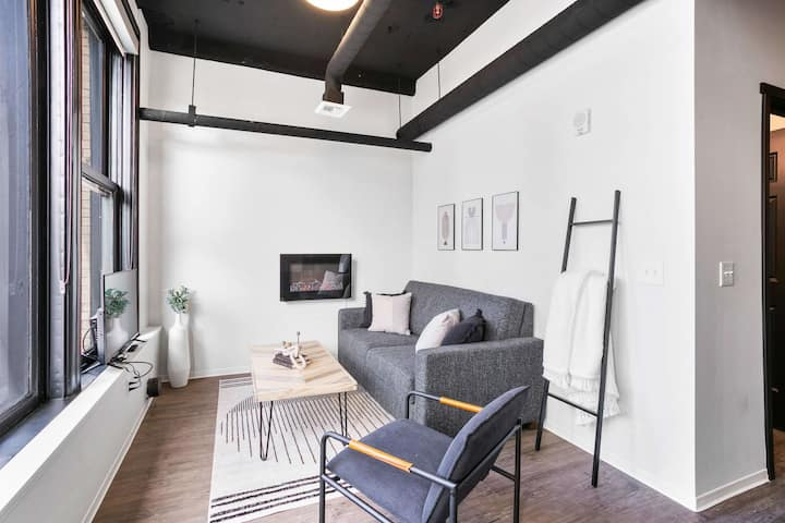 Convenient Downtown Loft w/WiFi & Elevator
