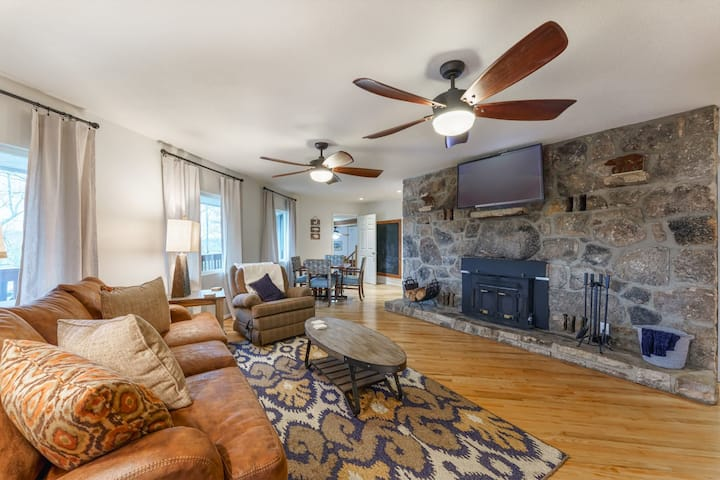 Smoky Blue: Beautifully Renovated, Updated Furnishings, Hot Tub, Game Room