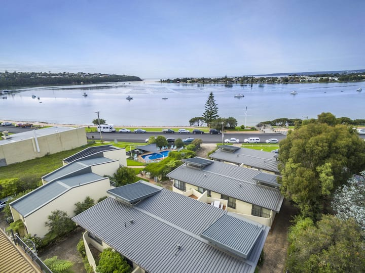 Penguin Mews 3 - In the heart of town with lovely lake views
