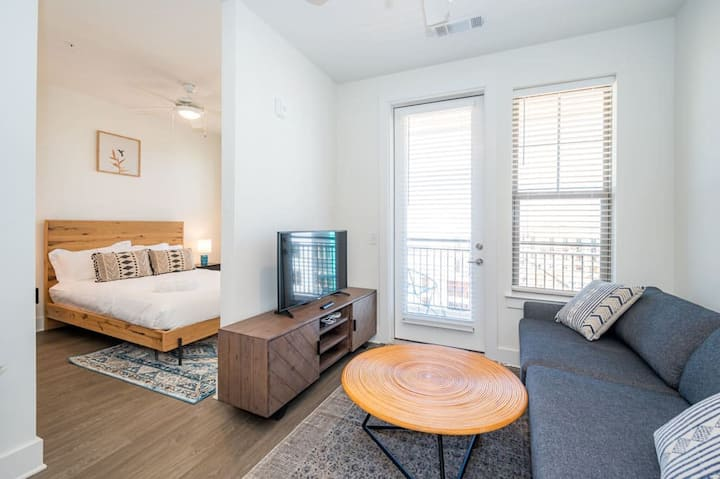 Comfortable Studio with Balcony and Parking