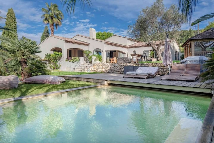 Beautiful charming villa with large landscaped garden and swimming pool for 8