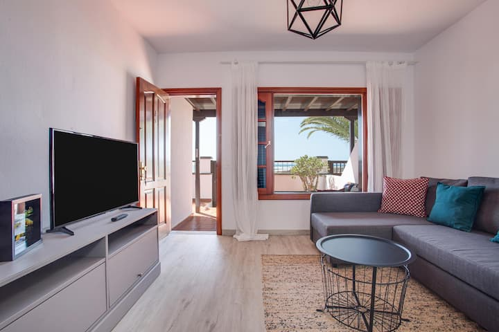 """Holiday Home """"Casa Ann"""" close to the Beach with Sea View, Fast Wi-Fi & Terrace; Parking Available"""