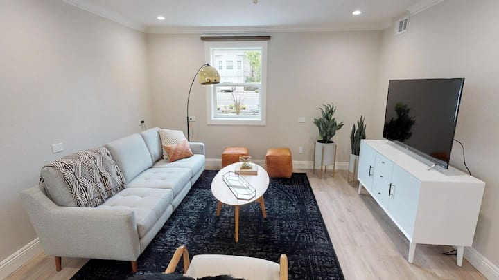 Private room in Stylish Oak Center townhome with backyard