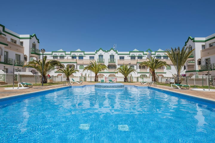 Holiday Apartment Apartmento Gaudi with Pool, Wi-Fi, Terrace & Tennis Court