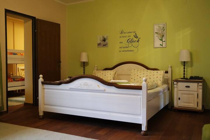 Pension Landhaus Ingrid (Loich), Familienzimmer mit kleinem Balkon zum Ausruhen