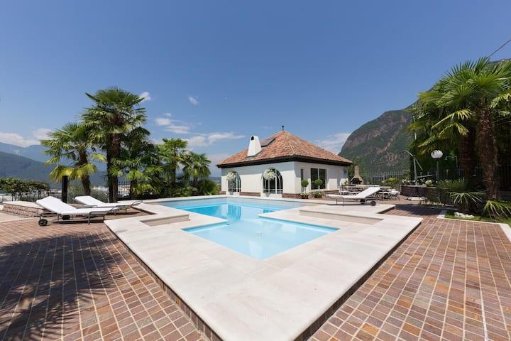 """Spektakuläre Villa """"Romantische Renner Lodge"""" mit Bergblick, Pool, Klimaanlage, WLAN, privater Terrasse und Gemeinschaftsgarten; Parkplatz vorhanden"""