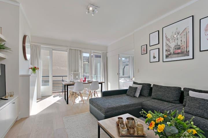 Sunny fully renovated stylish apartment at the Zeedijk of Knokke