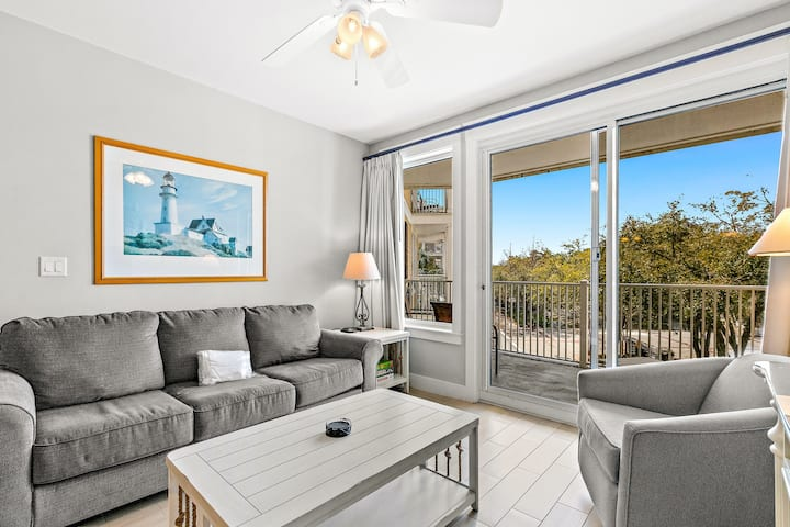 Sunny Condo w/ High-Speed WiFi & a Washer/Dryer plus a Shared Pool & Hot Tub