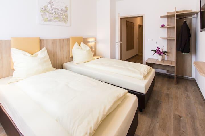 Wasmayr-Hof (Altdorf), Ferienwohnung mit zwei getrennten Schlafzimmern