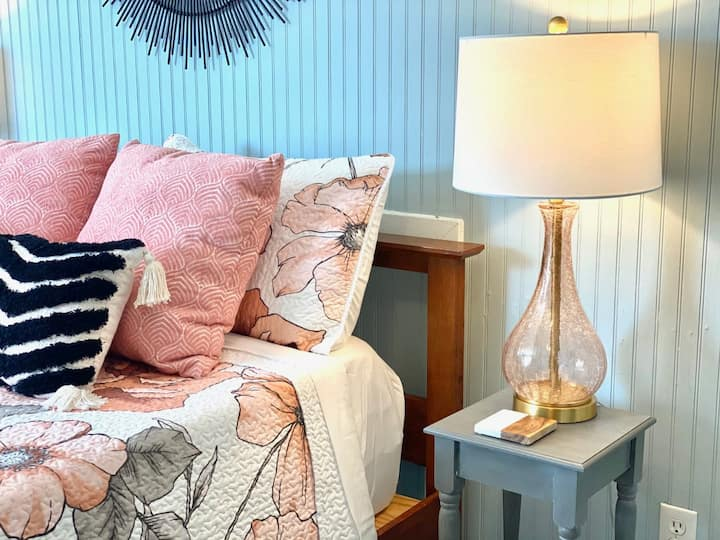 Beachside Studio Apt, Perfect for 2, Across Hwy from the Ocean Access!