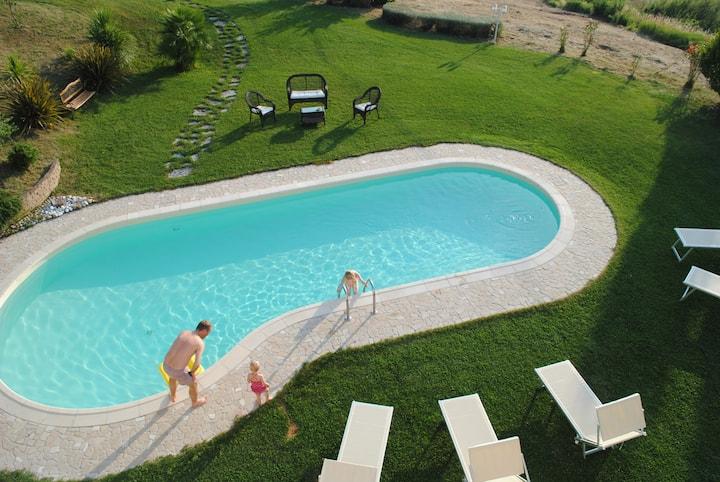 Villa de 5 habitaciones en Montelabbate, con magnificas vistas al mar, piscina privada, jardín cerrado - a 13 km de la playa