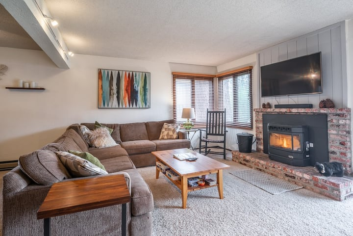 Wildflower 27- Nice, Pet Friendly Downstairs Condo, WIFI, On the Green Line Shuttle