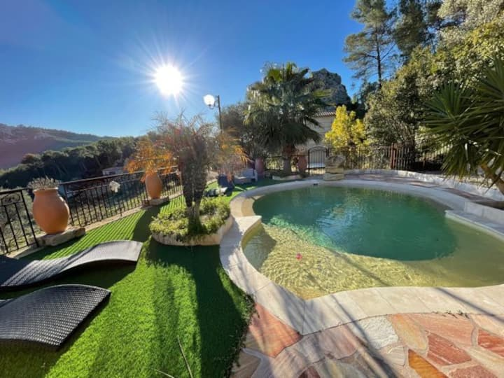 Stunning Mas in the vineyards with swimming pool and open view garden for 10