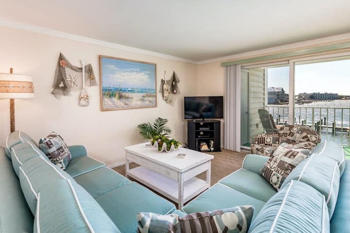Gorgeous Condo Overlooking Marina w/WiFi, Shared Pool, AC, Private Washer/Dryer!