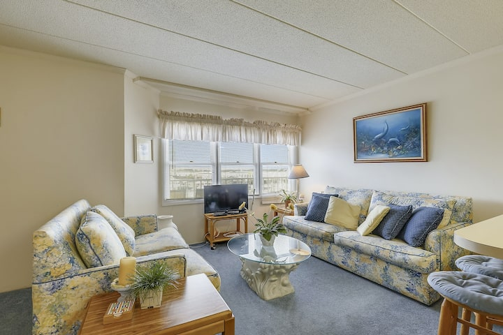 Amazing Condo Right on the Marina w/Shared Pool, Private Washer/Dryer, Free WiFi