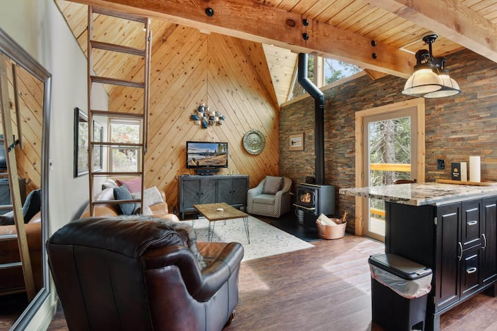 *NEW LISTING* Jeffrey Pines: pet friendly, Smart TV, cozy wood stove