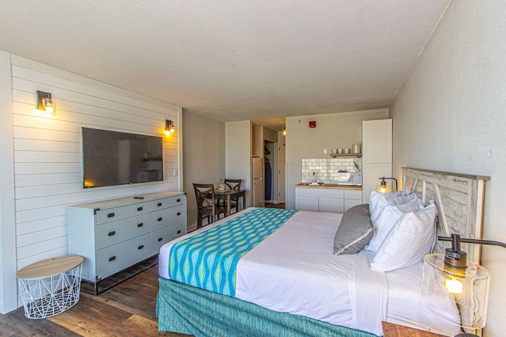 Landmark Resort King Suite Unit 607 - Beautifully Updated  - Perfect for 2 guests!
