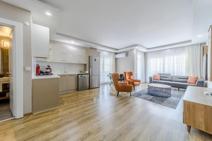 Central 2 BR Modern Apartment with Shared Pool in Colorful Muratpasa