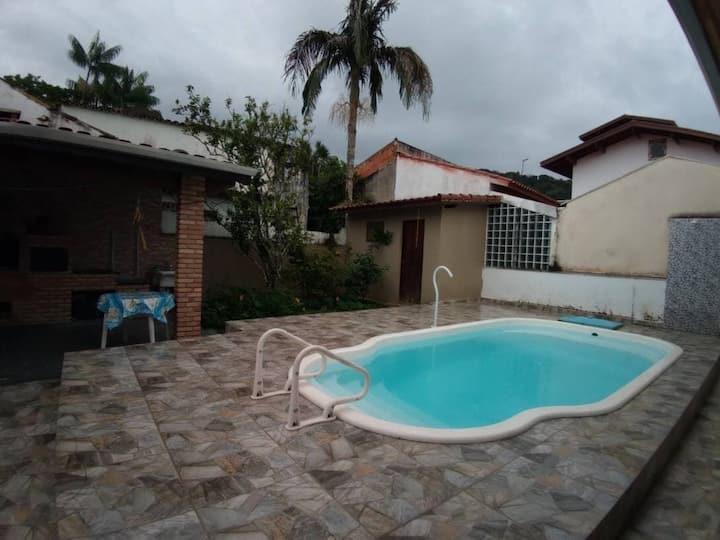 Linda casa térrea com piscina em condomínio fechado próximo a praia de Massaguaçu.