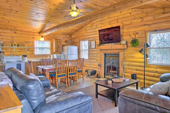 NEW! Cabin Retreat on Table Rock Lake w/ Fire Pit!