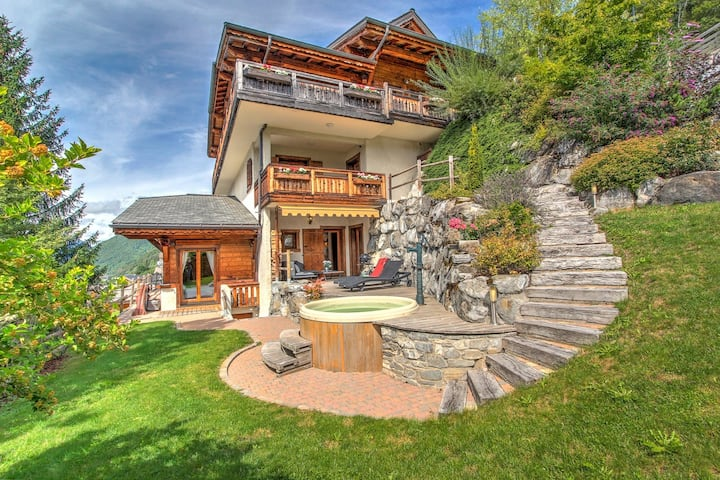 LUXUARY CHALET 12 PERS. CLOSE TO SKI LIFTS AND SHOPS. SAUNA  AND JACUZZI