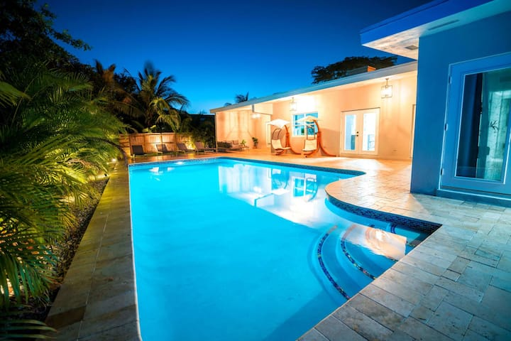 LUXURY NEW VILLA!!! 🌞🌞HEATED POOL 🏊🏼🏊🏼 MINI GOLF 🏌🏽🏌🏽IN THE 💚💚 OF MIAMI !!!