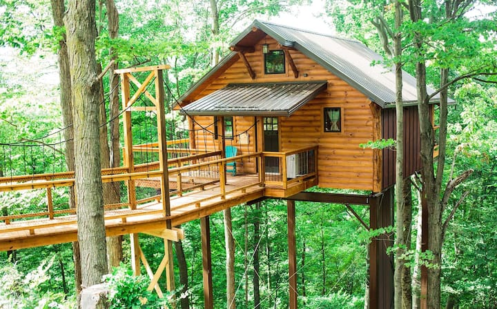 Cozy Treehouse Cabin with Treetop Views