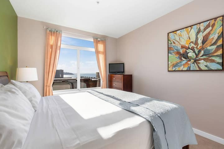 New! Stunning Water View, Walk to Pike Place Market, Space Needle, Downtown Restaurants and Shopping