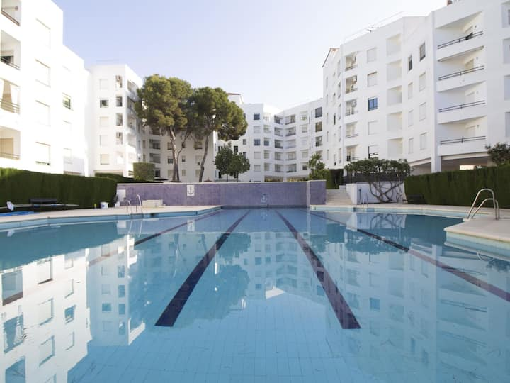 Apartment with terrace and swimming pool a few metres from the beach