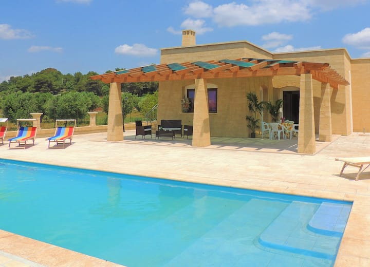 Villa with pool, 2km from the sandy beaches