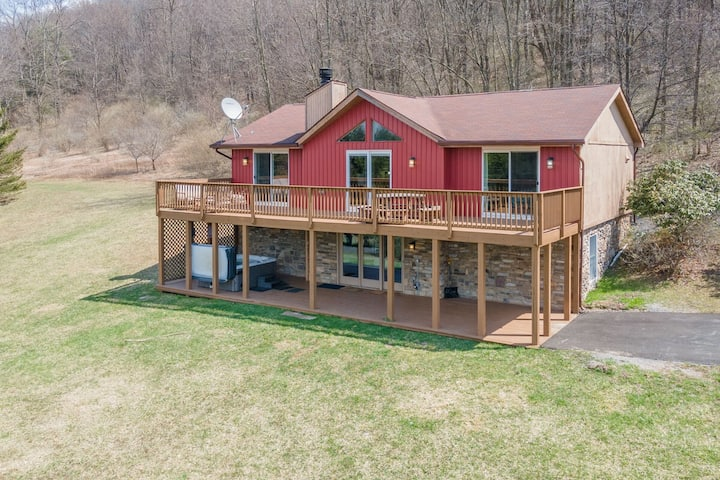 NEW! DOGS WELCOME! Lake Area Home!