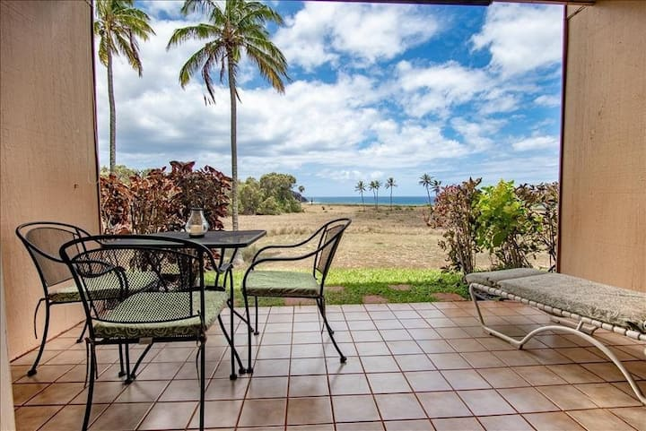 Oceanfront, Ground-Floor Condo w/ Lanai, Great View, WiFi, Shared Pool/Grills!