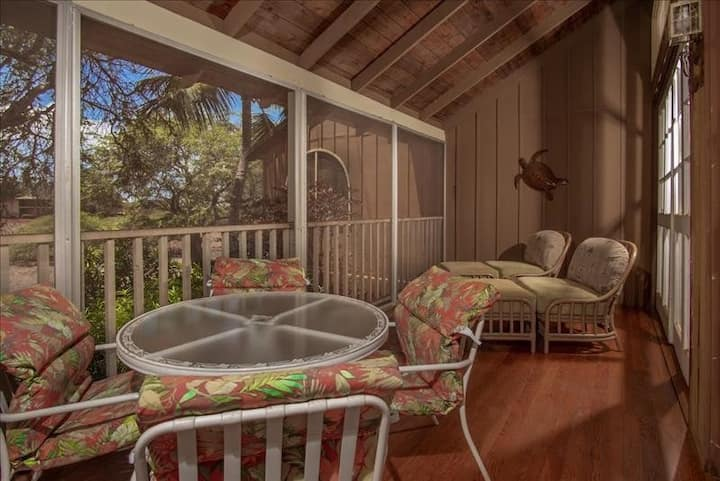 Open and Spacious Tropical Condo w/Private Washer/Dryer, Shared Pool, Free WiFi